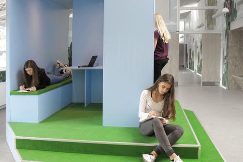 rummøblet tilbyder mange arbejdsstillinger