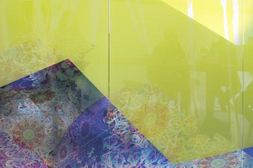 Detalje glasvæg - grafikken signalerer flow og interaktion