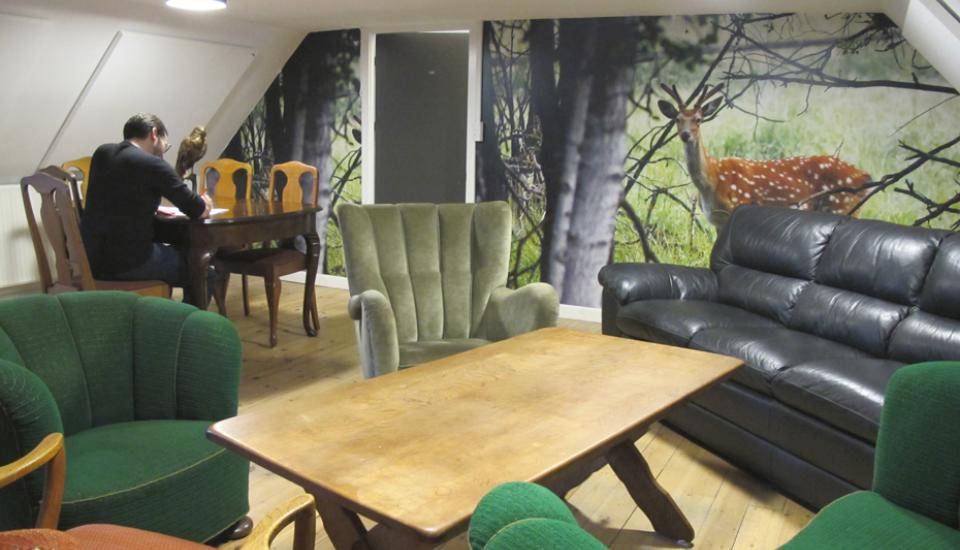 Jagtstuen er indrettet med 2. hand møbler, der giver rummet karakter og stoflighed