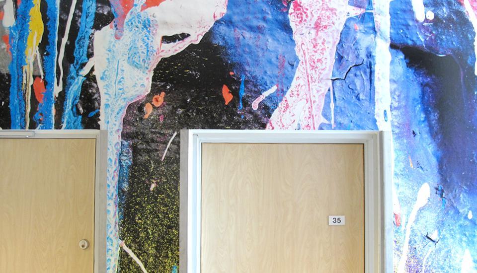 Indgangen til Billedkunst har fået farve og stoflighed, der vidner om faget indenfor