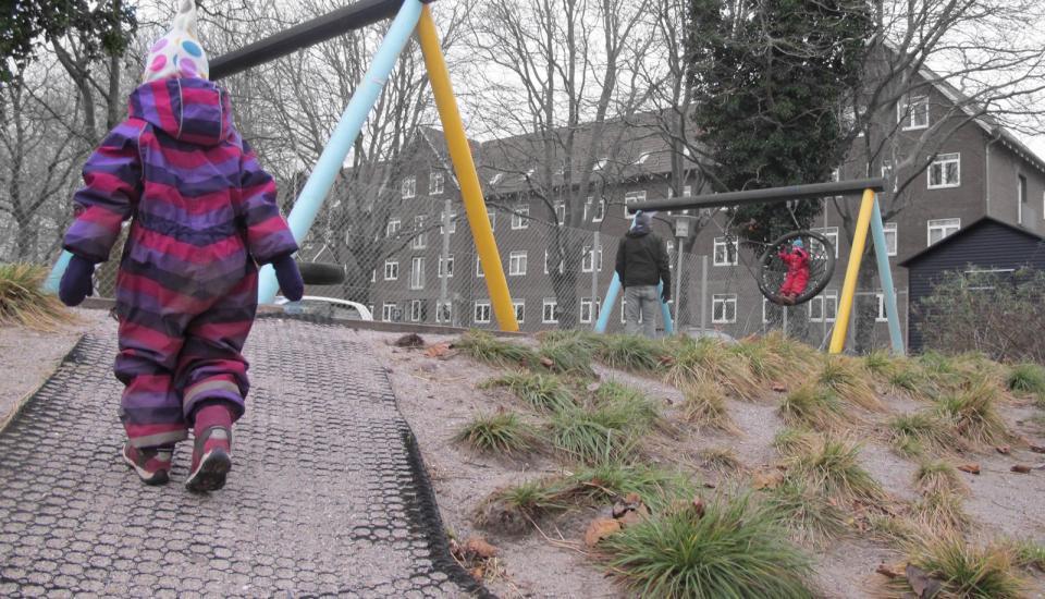 Legepladsen er indrettet i flere niveauer - skråningerne bruges til genveje og motoriske udfordringer for de mindste børn
