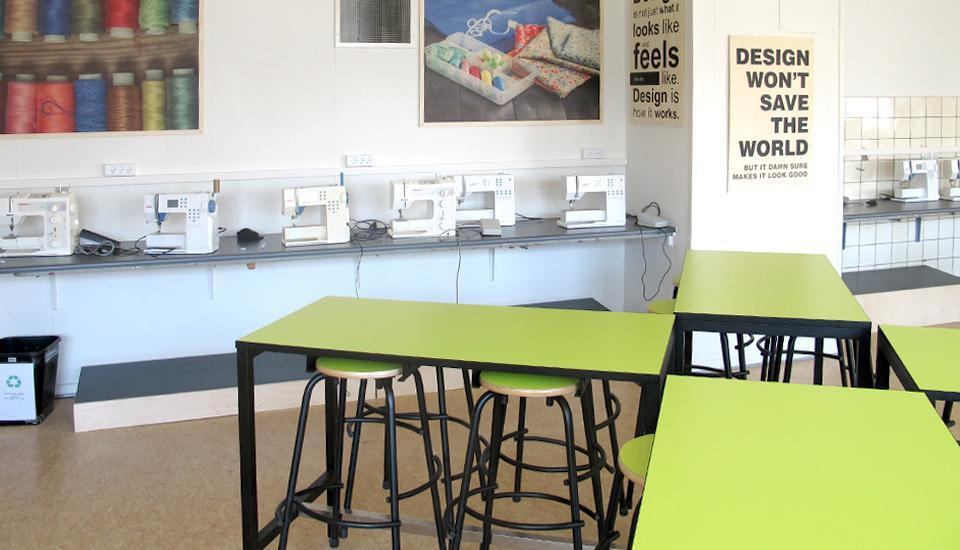 Faste symaskinestationer og mobile borde til research og ideudvikling