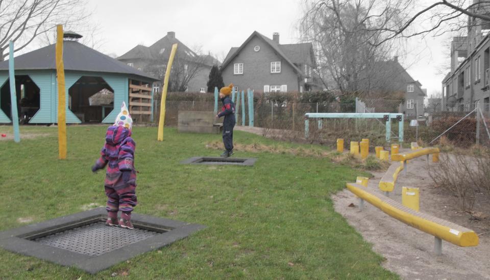 Trampolinerne er placeret så man både kan hoppe for sig selv eller sammen med andre