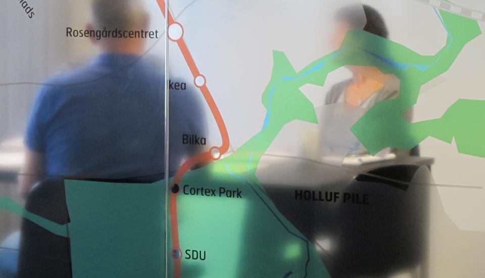 Grafisk behandling af glasvæggene giver idenditet til rummet