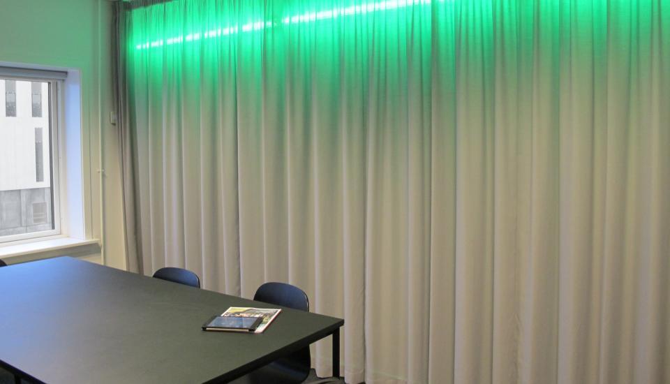 Rummet er klart til næste møde - noterne bevares bag gardinet