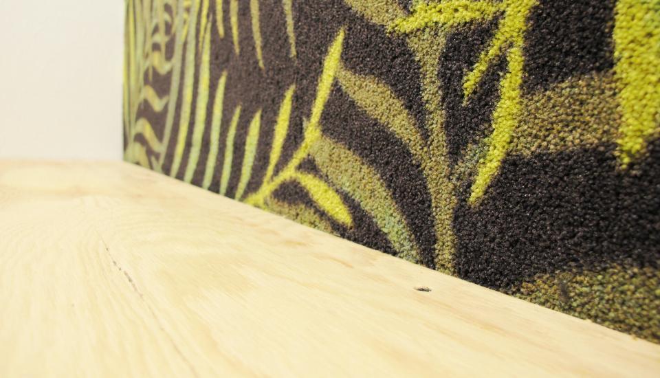 """""""Telefonboxen"""" detalje -  den bløde gulvtæppevæg absorberer lyden"""