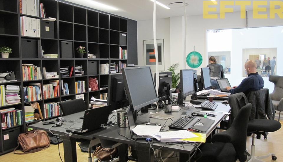 Et aktivt men fordybet arbejdsrum - stemningen i biblioteket opfordrer til dæmpet tale
