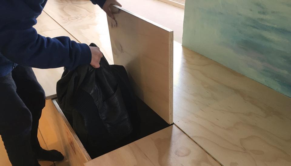 """""""Skolebænken"""" rummer også plads til opbevaring af elevernes tasker"""