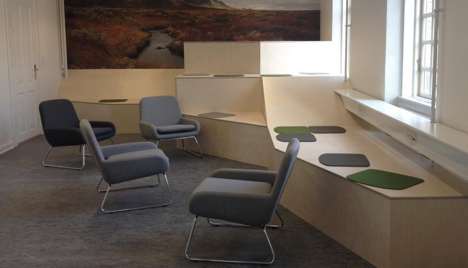 """""""fjeldets"""" reposer giver plads til både at sidde og ligge - møblet er åbent for fortolkning"""