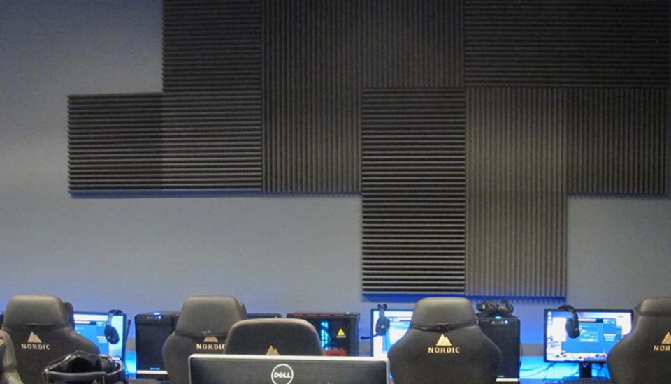 De akustiske skumplader er ophængt i et grafisk mønster og fungerer både som lyddæmpning og udsmykning i rummet
