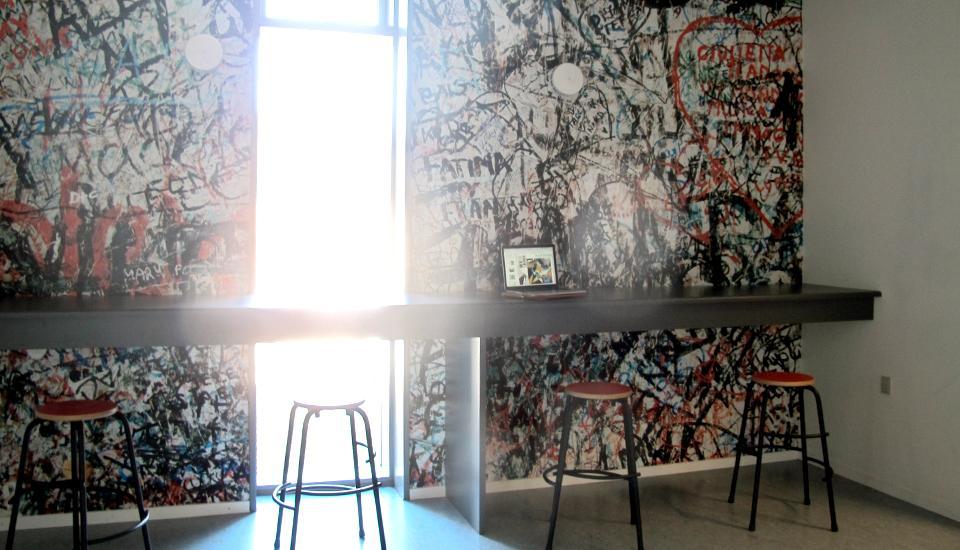 Et udsnit af berlinermuren fremhæver nichen som et rum i rummet - man kan både stå og sidde ved bordet