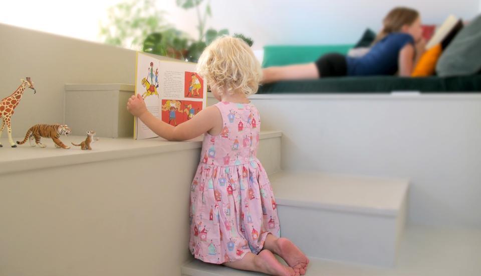 """Møblets """"trin"""" i varierende højder skaber sidde-, stå- og liggepladser til store og små"""