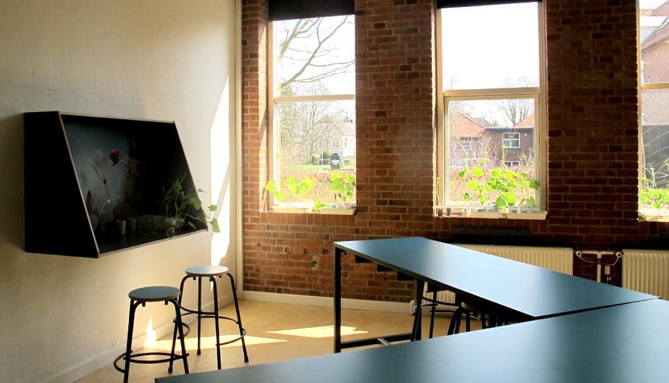 Blanding af faste og løse møbler giver underviseren mulighed for at selv at præge læringsrummet