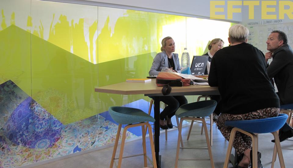 Den grafiske udsmykning på glasvæggen fungerer som whiteboardvæg og sætter stemningen i rummet