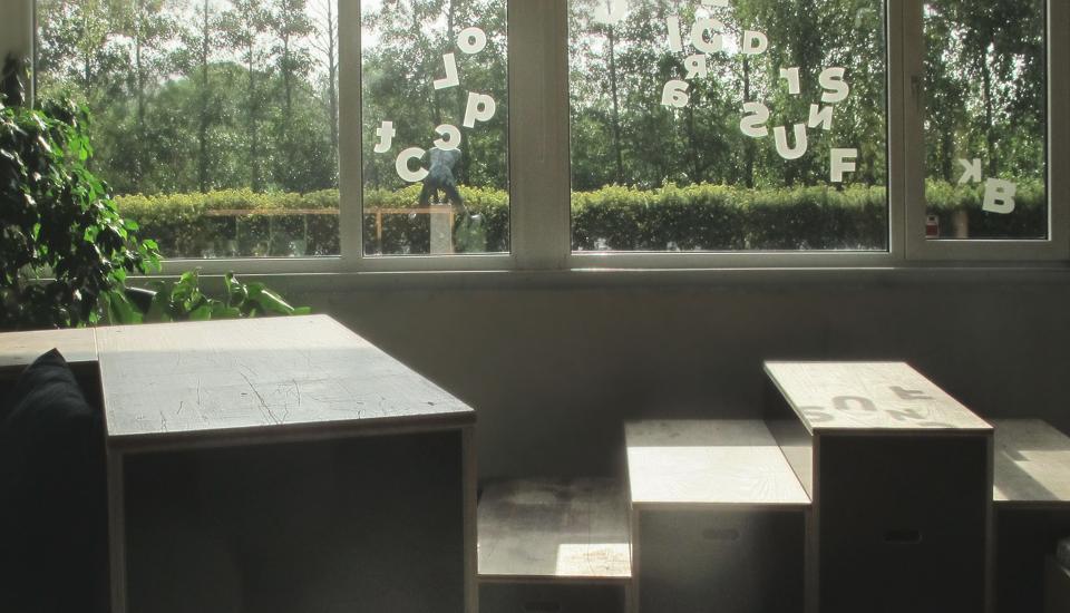 Skyggebogstaverne rammer møbler og gulv og flytter sig gennem dagen