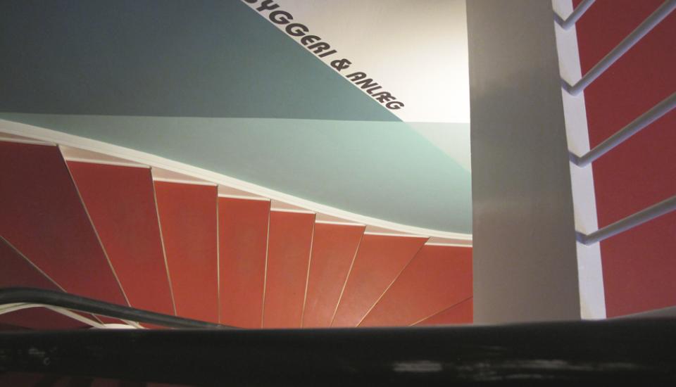 Trappeopgangens nye farvesætning spiller op til den eksisterende røde linoleum