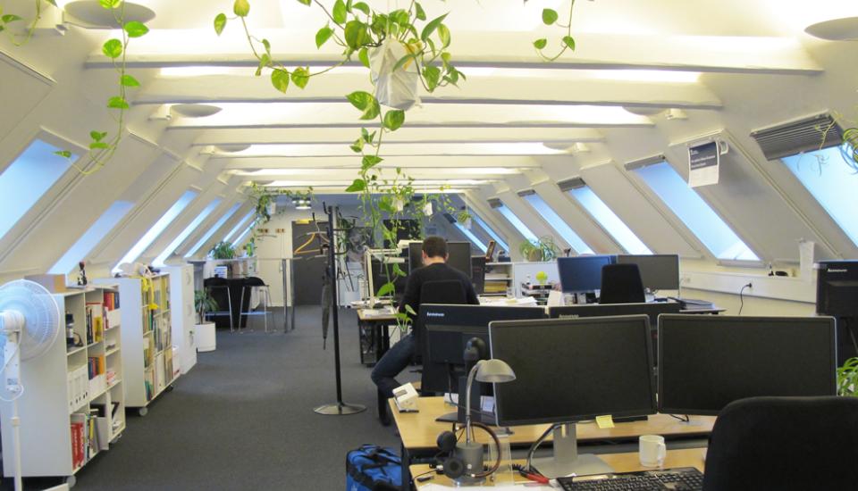 Rummet er organiseret så fælles bibliotek og sparring foregår i den ene side af rummet og fordybet arbejde ved computeren i den anden